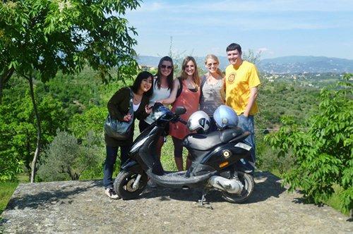 """骑乘意大利特色摩托车""""小黄蜂""""游览托斯卡纳之旅"""