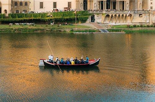 Passeio de Grupo de gôndola florentina no Rio Arno